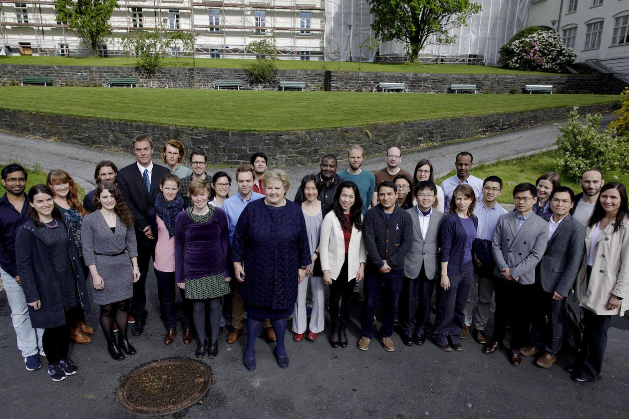 Erna Solberg og forskarar på Bjerknessenteret