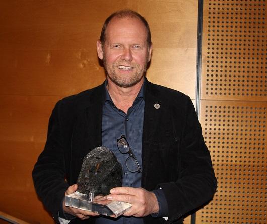 Rolf Birger Pedersen med 2016 prisen foran seg som han vant under nordisk vinterkonferansen i Finland