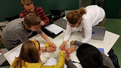 studenter som samarbeider
