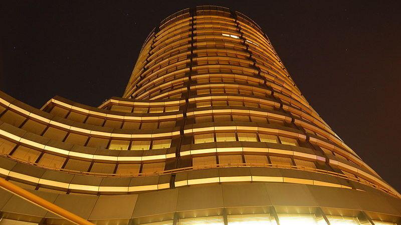 Bilde av høy bygning i mørket, tatt nedenfra