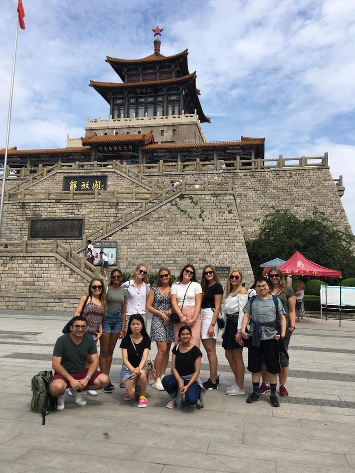 En gruppe norske studenter foran et kinesisk bygg