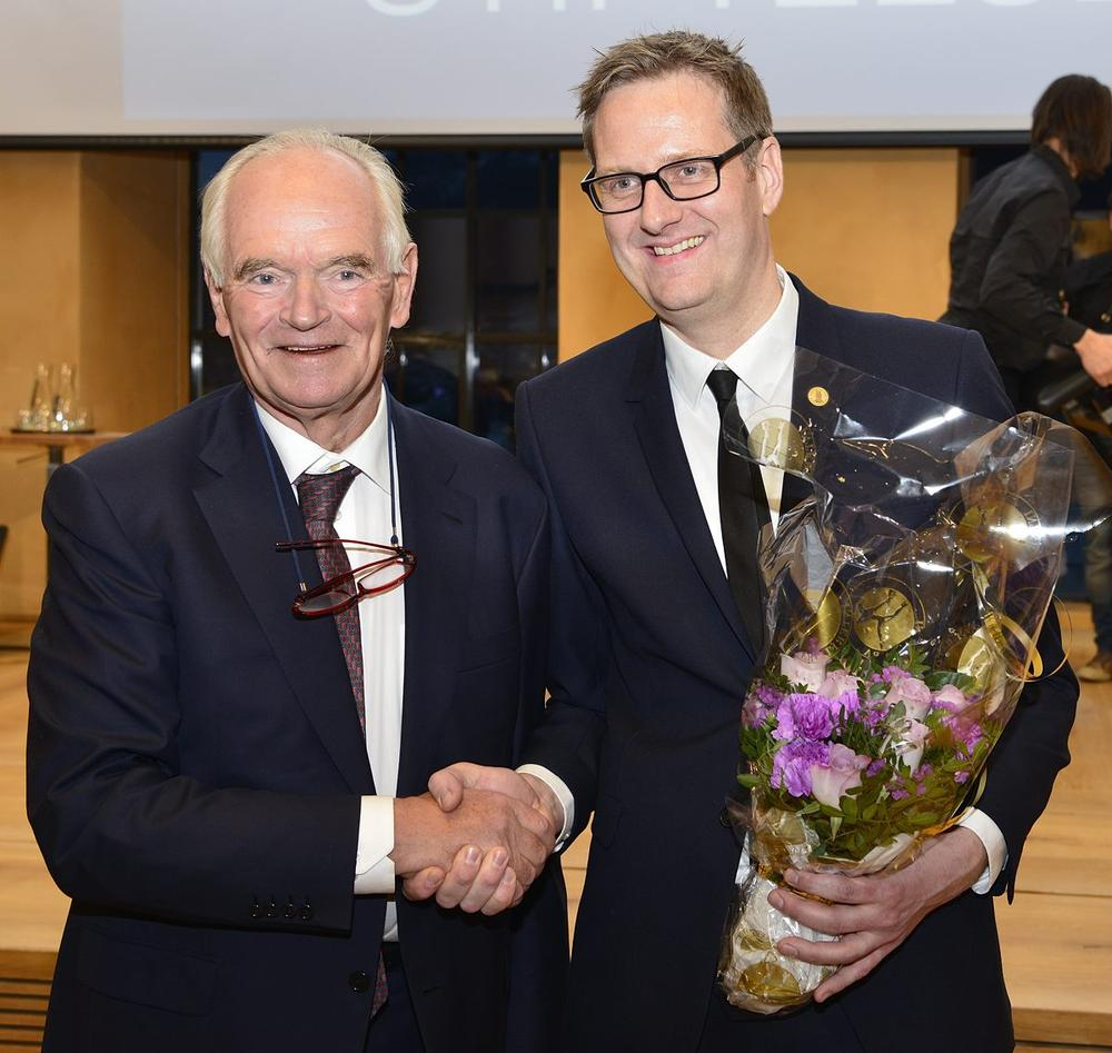 Trond Mohn og Håvard Haarstad etter utdelinga i Universitetsaulaen.