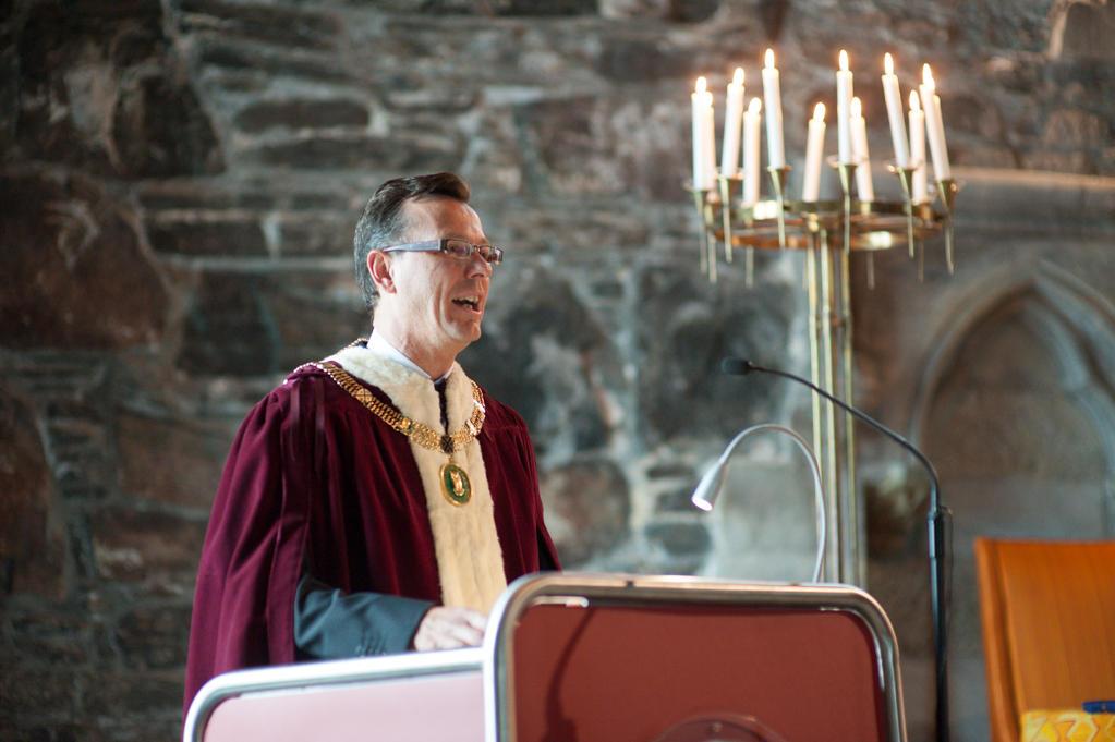 University of Bergen Rector Dag Rune Olsen speaking to the new doctors at Håkonshallen in August 2013.