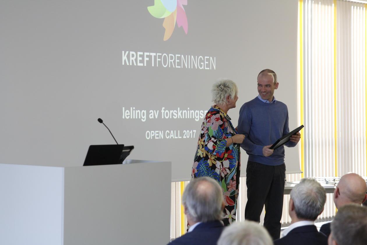 Stian Knappskog tar imot pris om brukermedvirkning