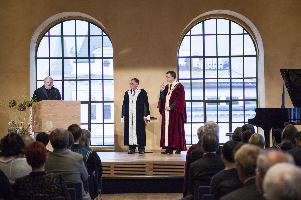AWARD CEREMONY: Author Jon Fosse says he is greatful for the honorary degree. - Now I am not just a slob, I am also a doctor, he says.