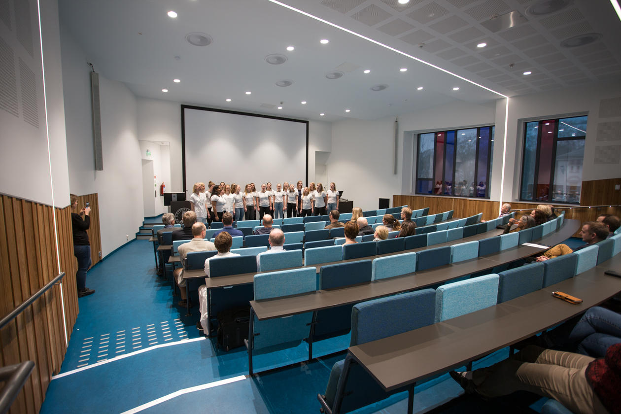 Plica Vocalis underholder i nytt auditorium AHH