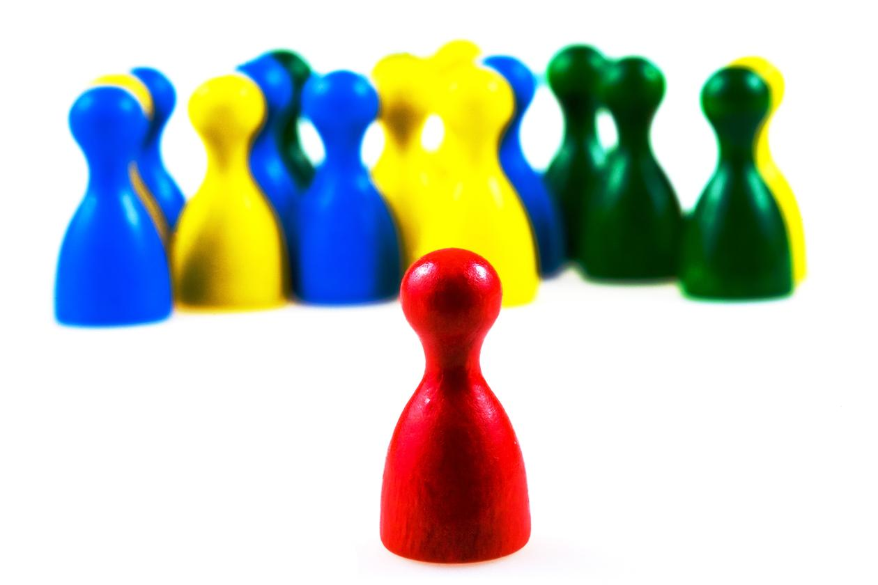 Bildet viser spillbrikker med ulike farger.