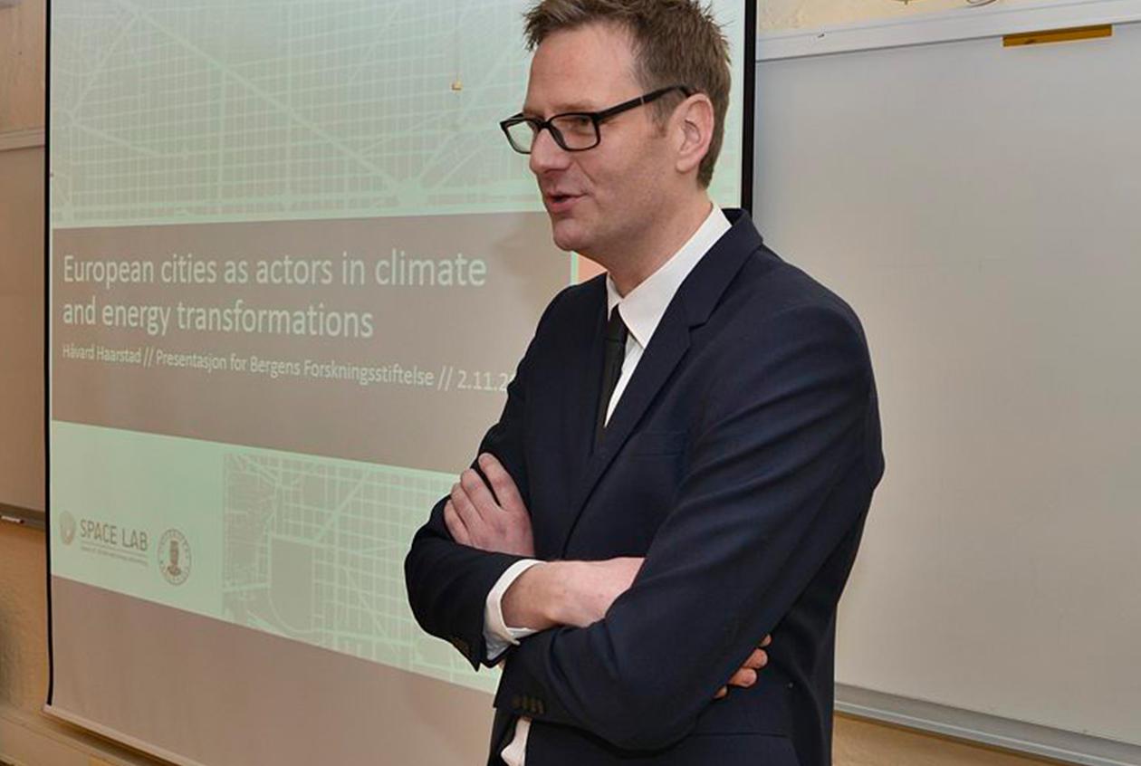 På instituttet held Håvard presentasjonen av prosjektet før utdelinga i Universitetsaulaen.