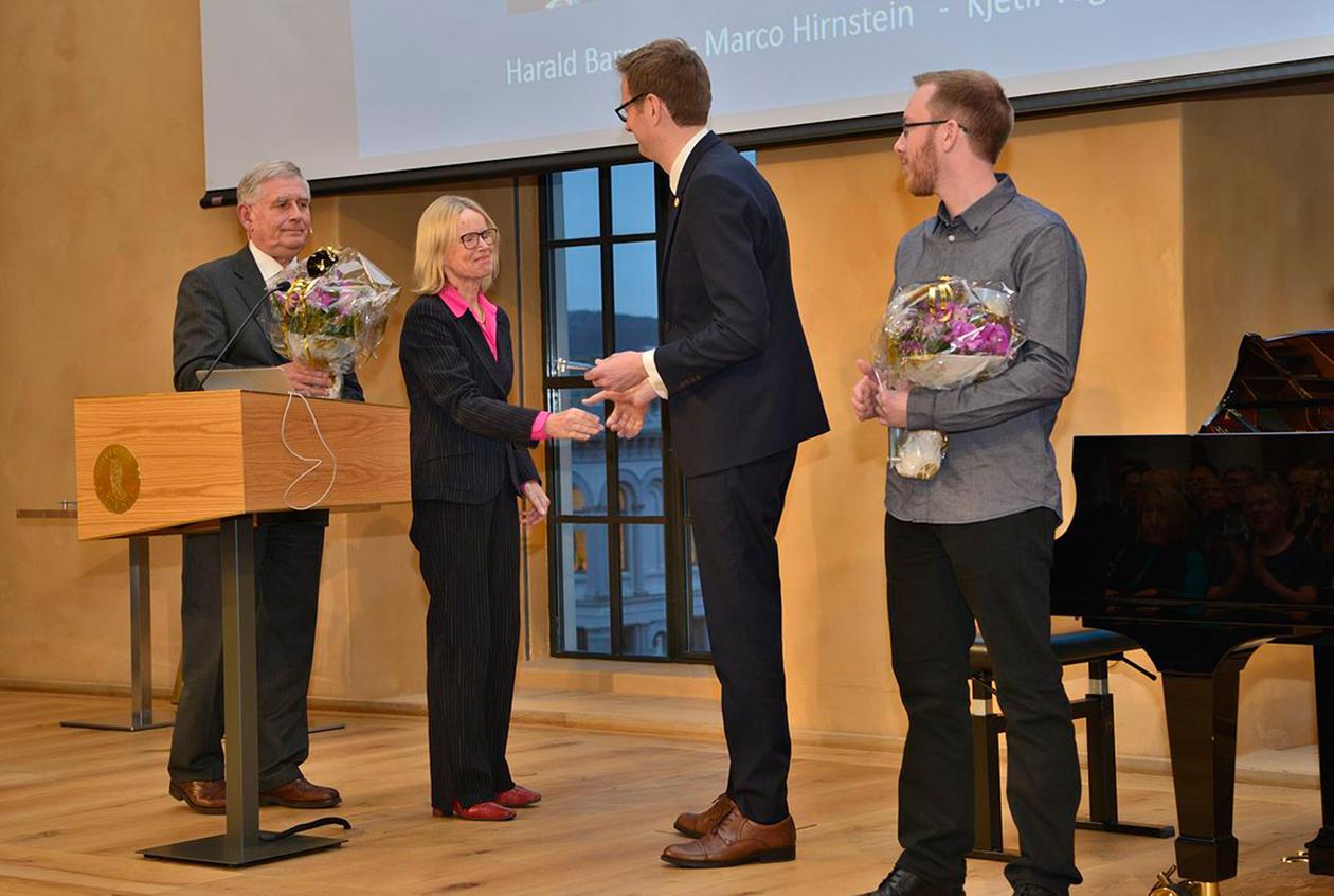 Håvard Haarstad tar mot rekrutteringsstipendet frå Bergen Forskningsstiftelse.