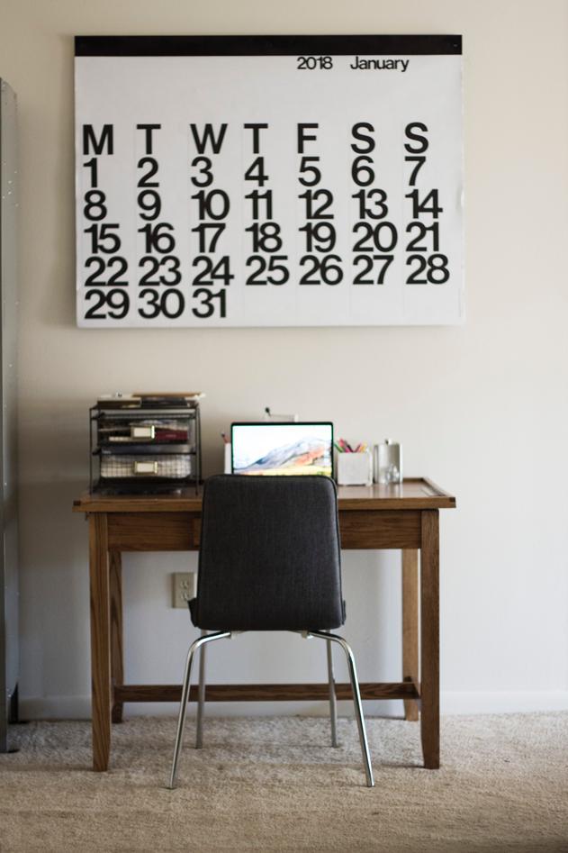 Bilde som viser veggkalender og arbeidsplass