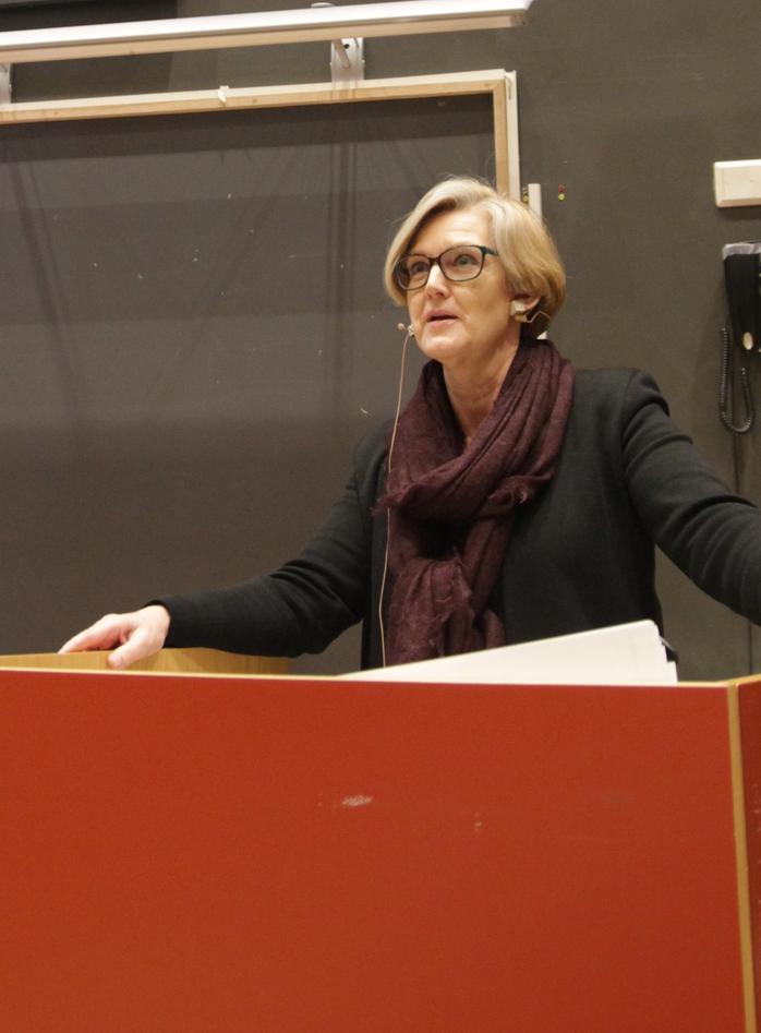 Prorektor Anne Lise Fimreite på talerstolen i Egget