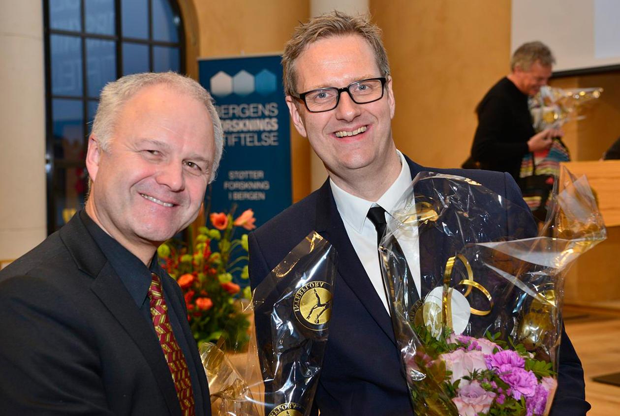 Dekan ved SV-fakultetet Knut Helland gratulerer Håvard Haarstad med stipendet.