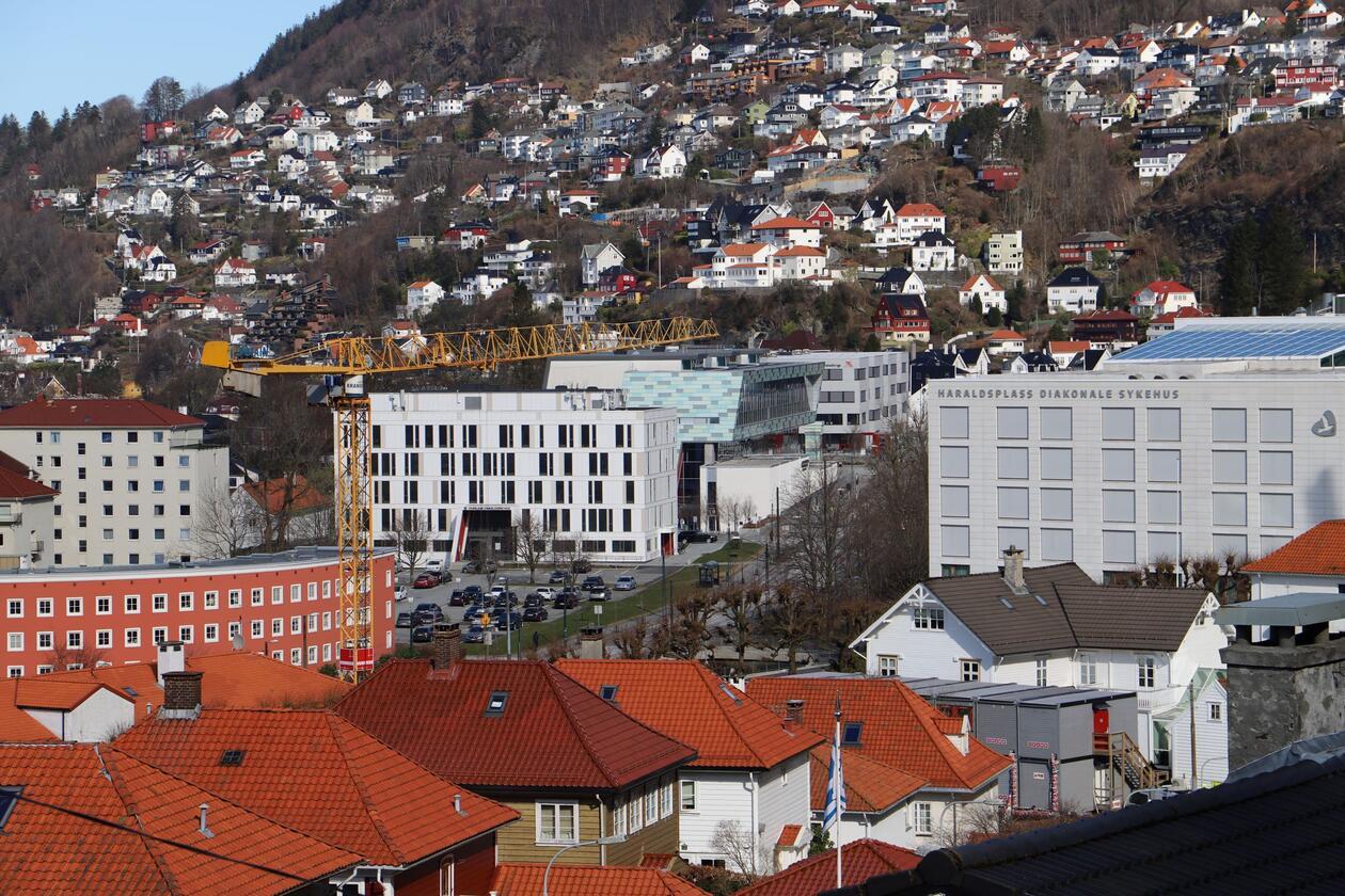 Oversiktsbilde Overlege Danielssens hus, Odontologen og Alrek på rekke, med Haraldsplass til høyre.