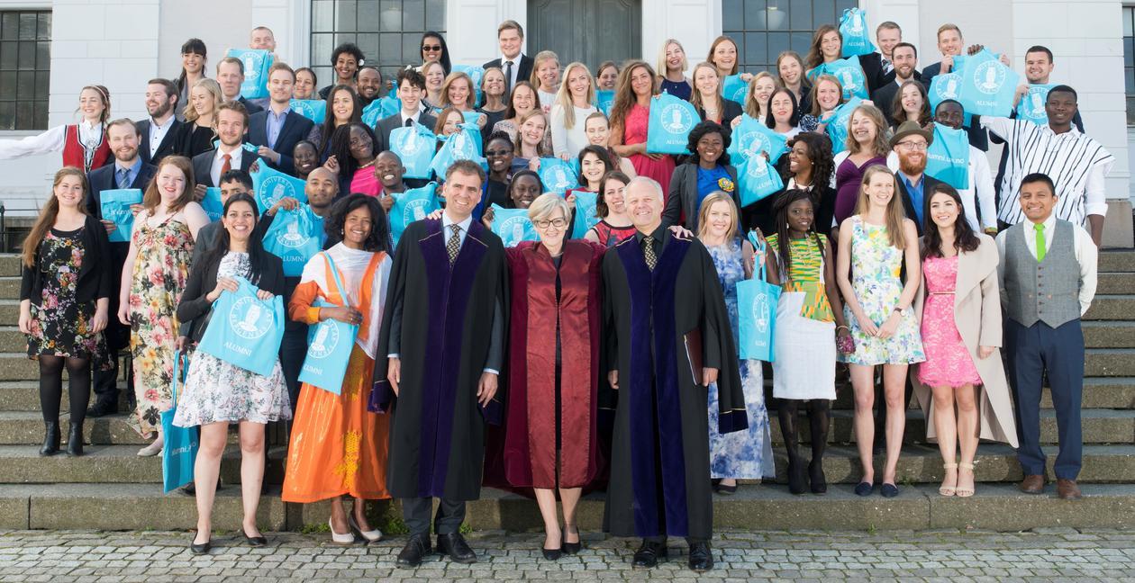 Alle kandidatene på Masterseremonien 2016 samlet foran Natuhistorisk museum.