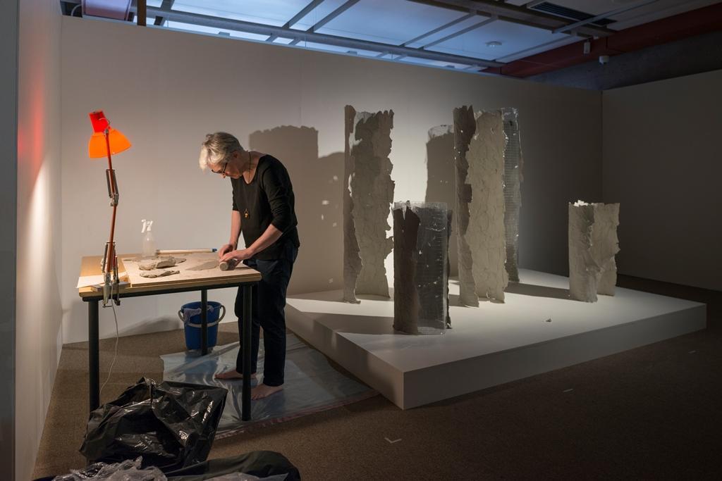 """Amanda Chambers arbeider med kunstinnstallasjonen """"Exhume"""""""