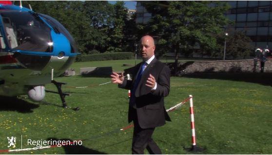 Anders Anundsen viser frem et helikopter