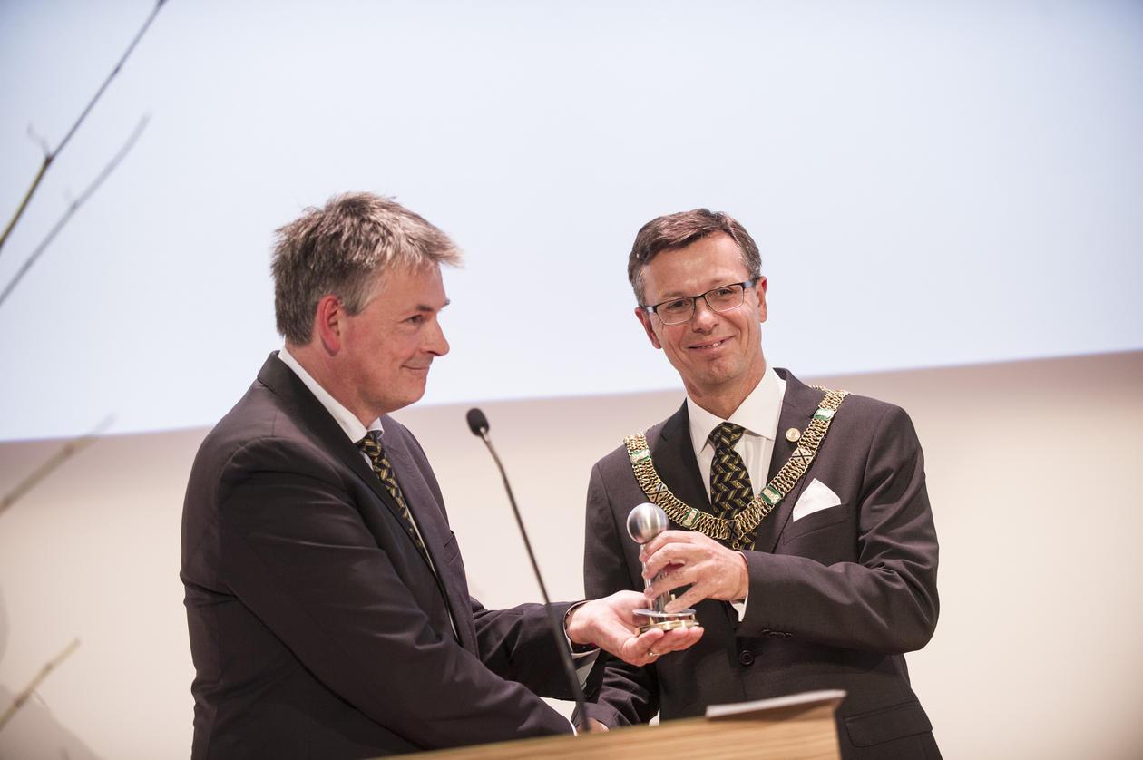 State Secretary Bjørn Haugstad (left) hands the key to the hall to Dag Rune Olsen, rector of the University of Bergen.