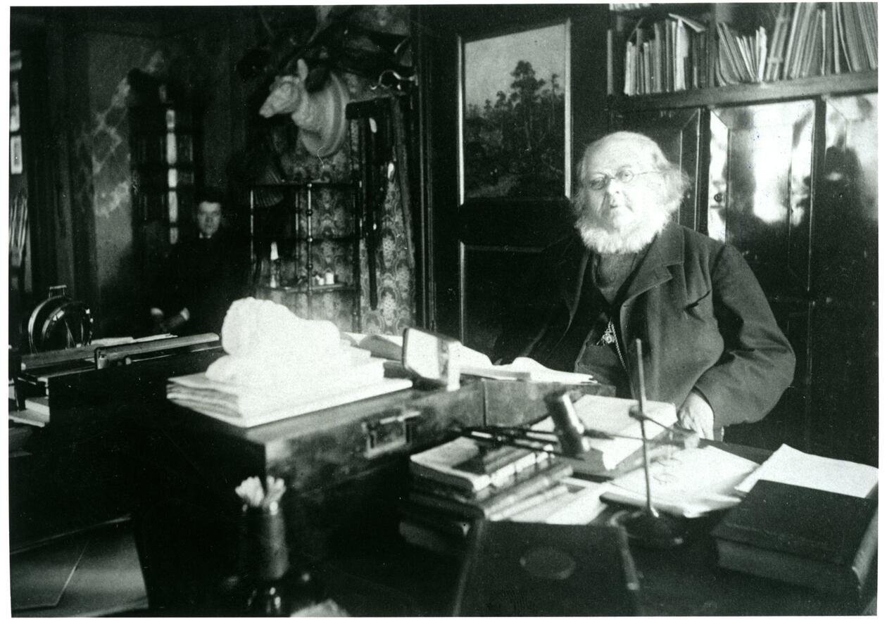 Asbjørnsen på sine eldre dager i arbeidsværelset på Hegdehaugen.