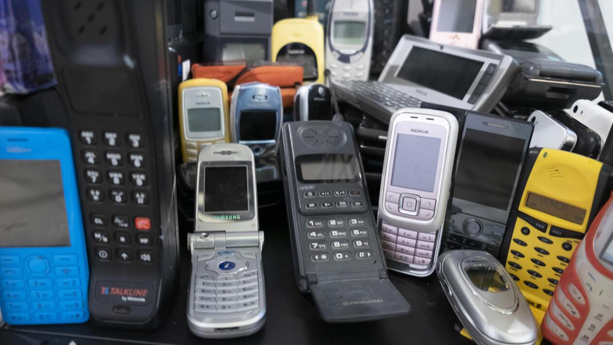 En samling gamle mobiltelefoner