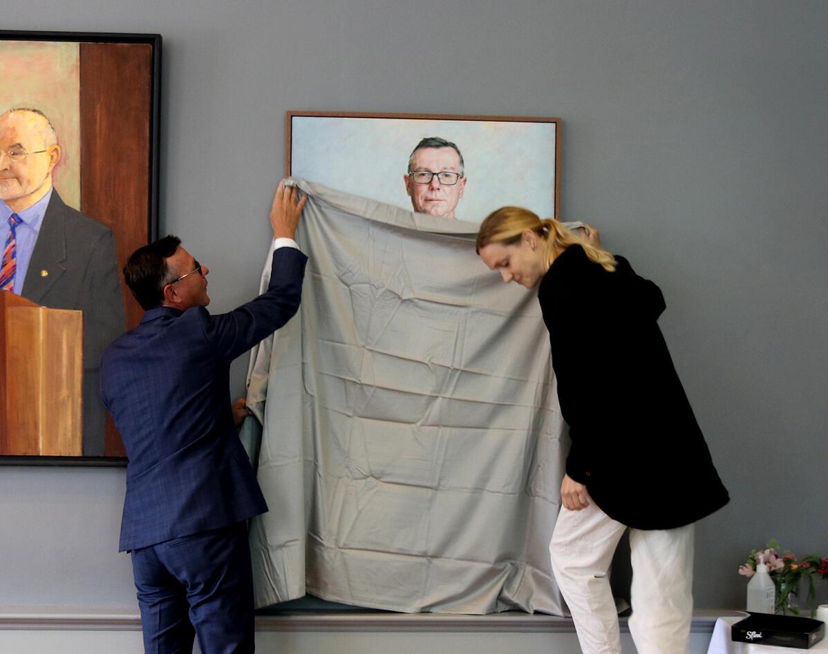Dag Rune Olsen og kunstmaler Kristin Austreim avduker portrettet av Olsen.
