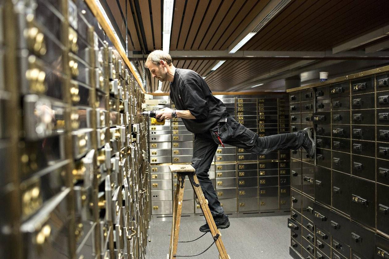 Låsesmed Bjørn Austgulen fjerner låsene på bankboksene i Nordea Banks hvelv. (2014)