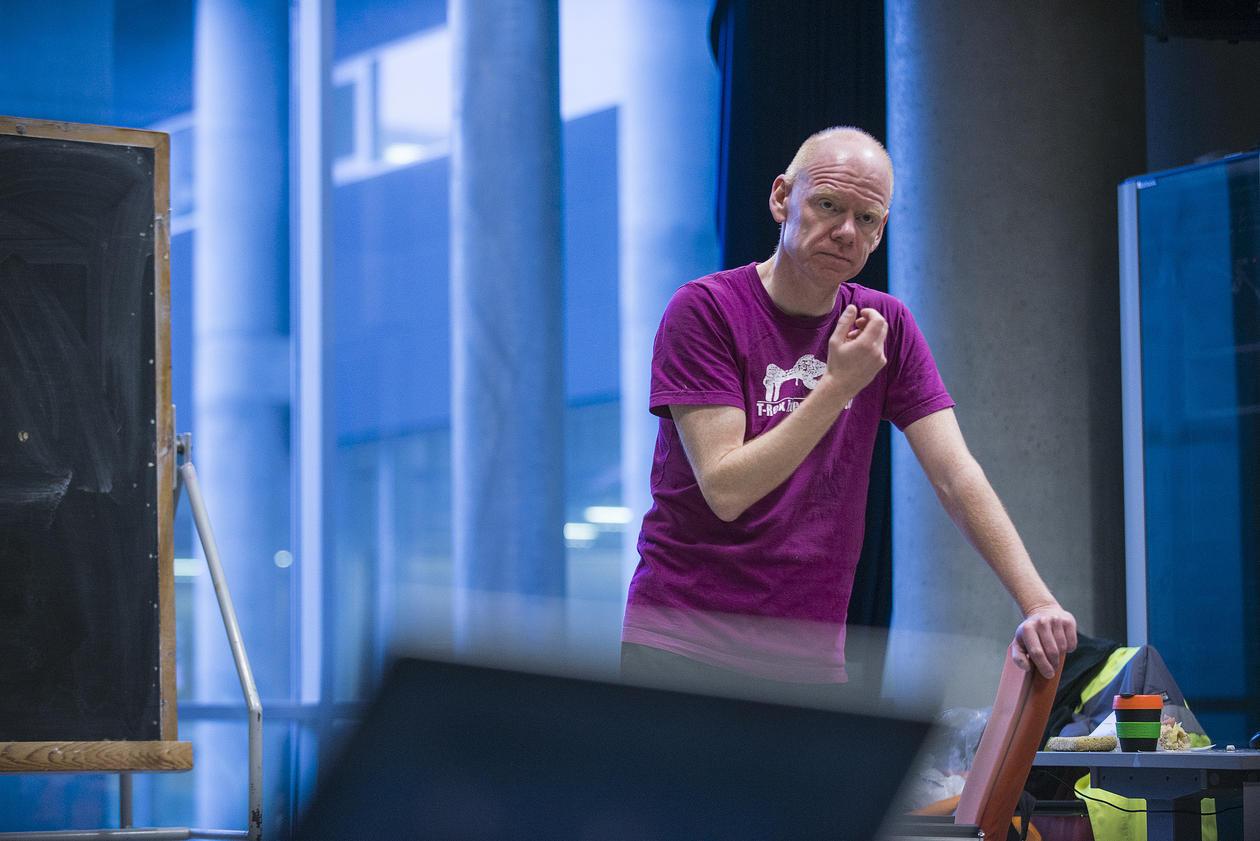 Professor Roger Strand i klasserommet
