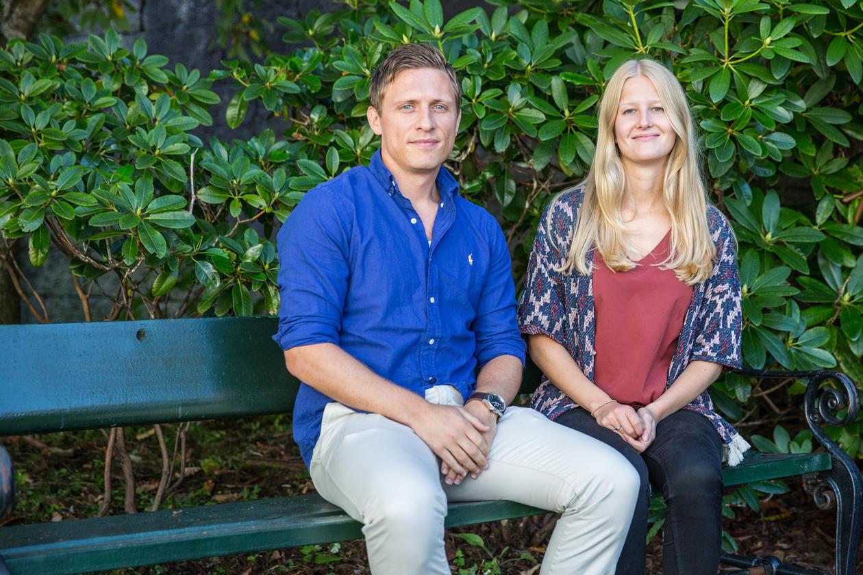 Vilde Sandvik og Nicolai Misje på en benk utenfor jussbygget