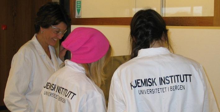 Elevbesøk på Kjemisk institutt