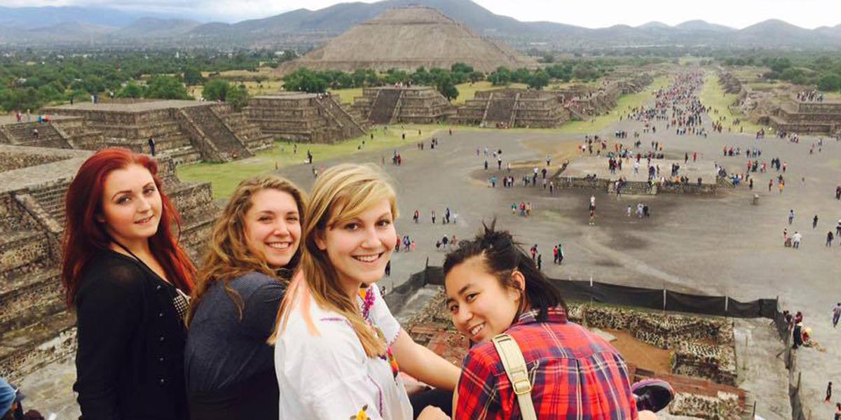 Studenter foran pyramide