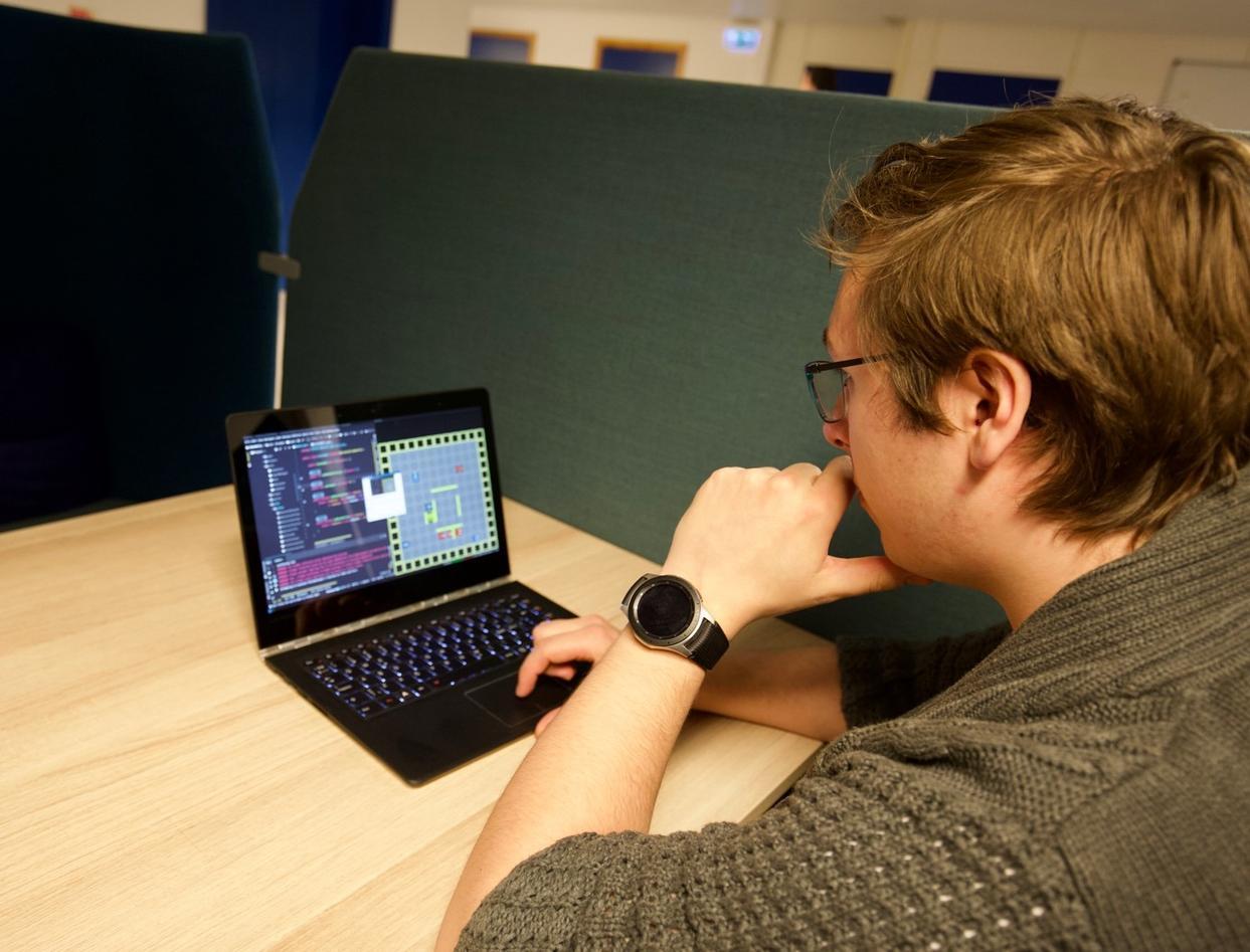 Student ser på datamaskin
