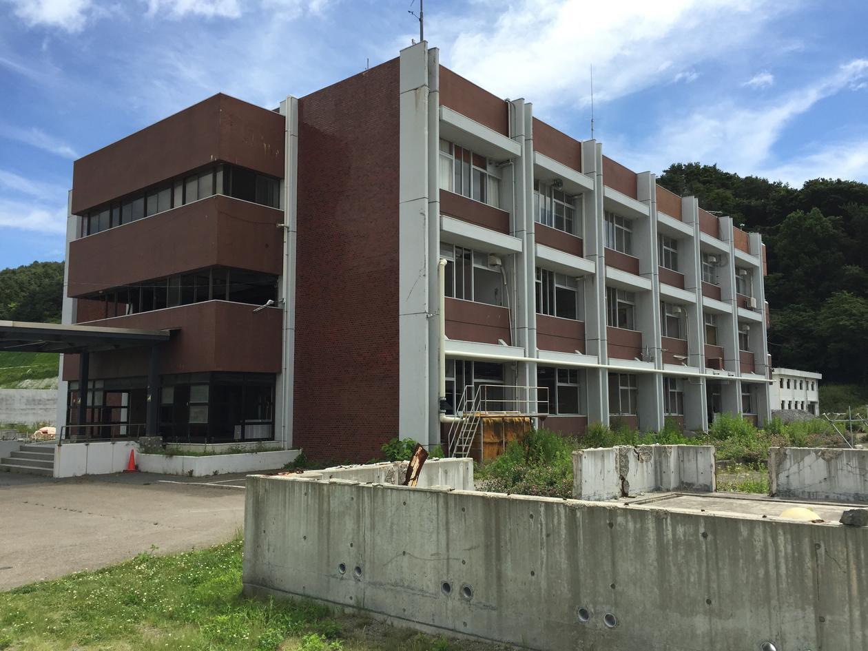 Viser den gamle International Coastal Research Center, AORI. Merk knuste vinduer i 2 etasje. Tsunamien nådde helt opp til taket av andre etasje. Foto: Lars Ebbesson.