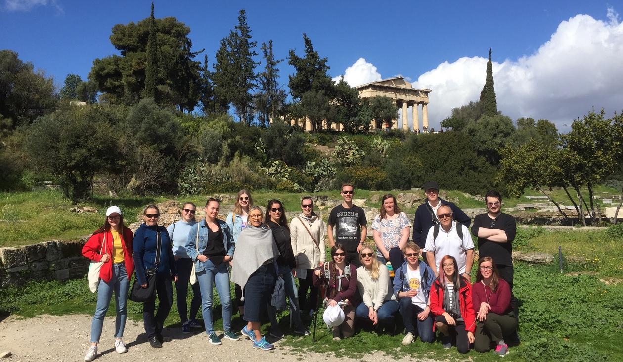 Bilde av studenter oppstilt foran Agora i Aten