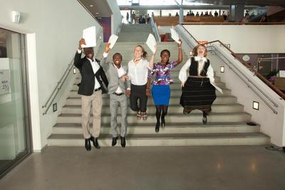 Glade studenter som har fått tildelt vitnemål