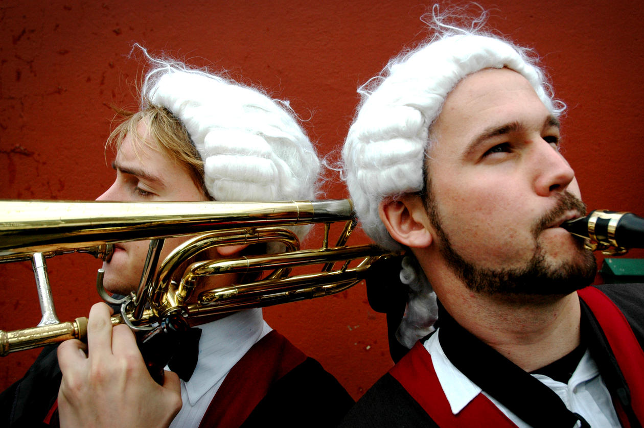 To gutter spille trompet.