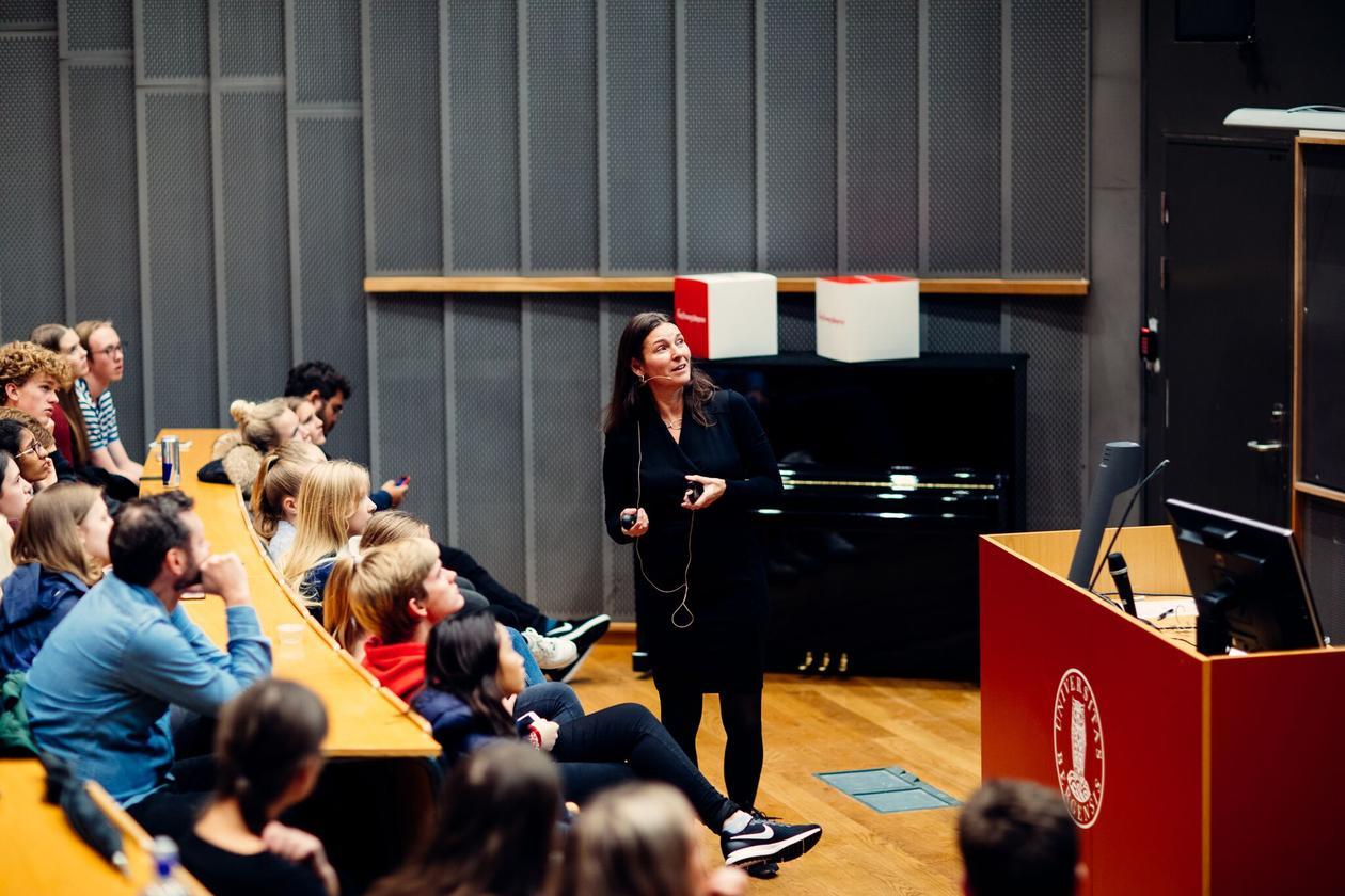 Marit Skivenes har dialog med publikum under Forskningsdagene UNG.