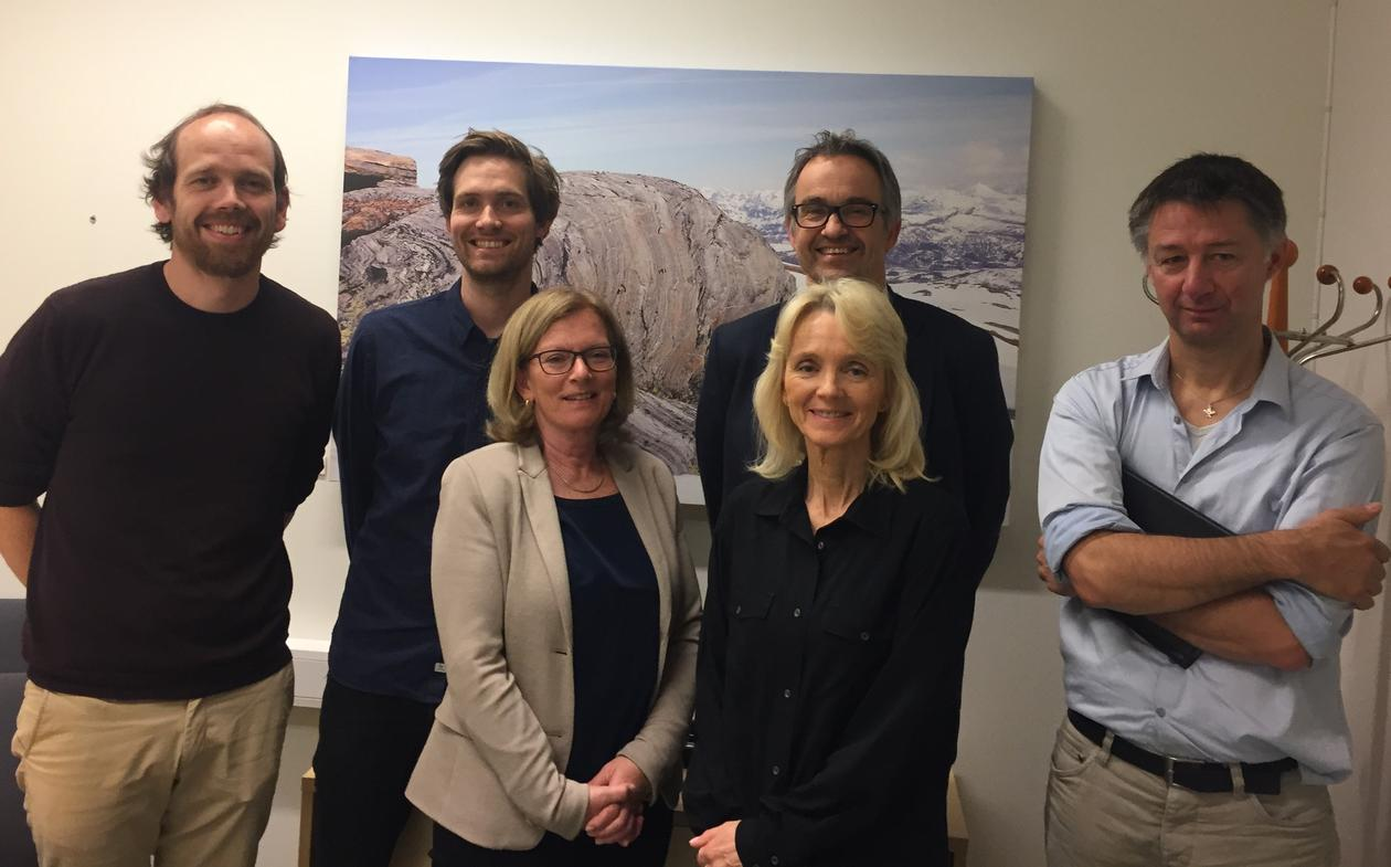 Her inngår Institutt for Geovitenskap og AkerBP en samarbeidsavtale for økonomisk støtte til undervisningstilbudet ved GEO, med en verdi på 1.5 millioner over 3 år. Bak fra venstre: Atle Rotevatn (UiB), Christian Haug Eide (UiB) og Rodmar Ravnås (AkerBP).