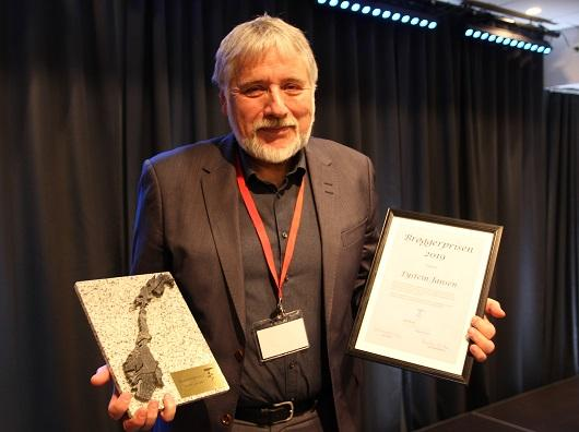 Bilde av Eystein Jansen med diplom og Brøggerprisen