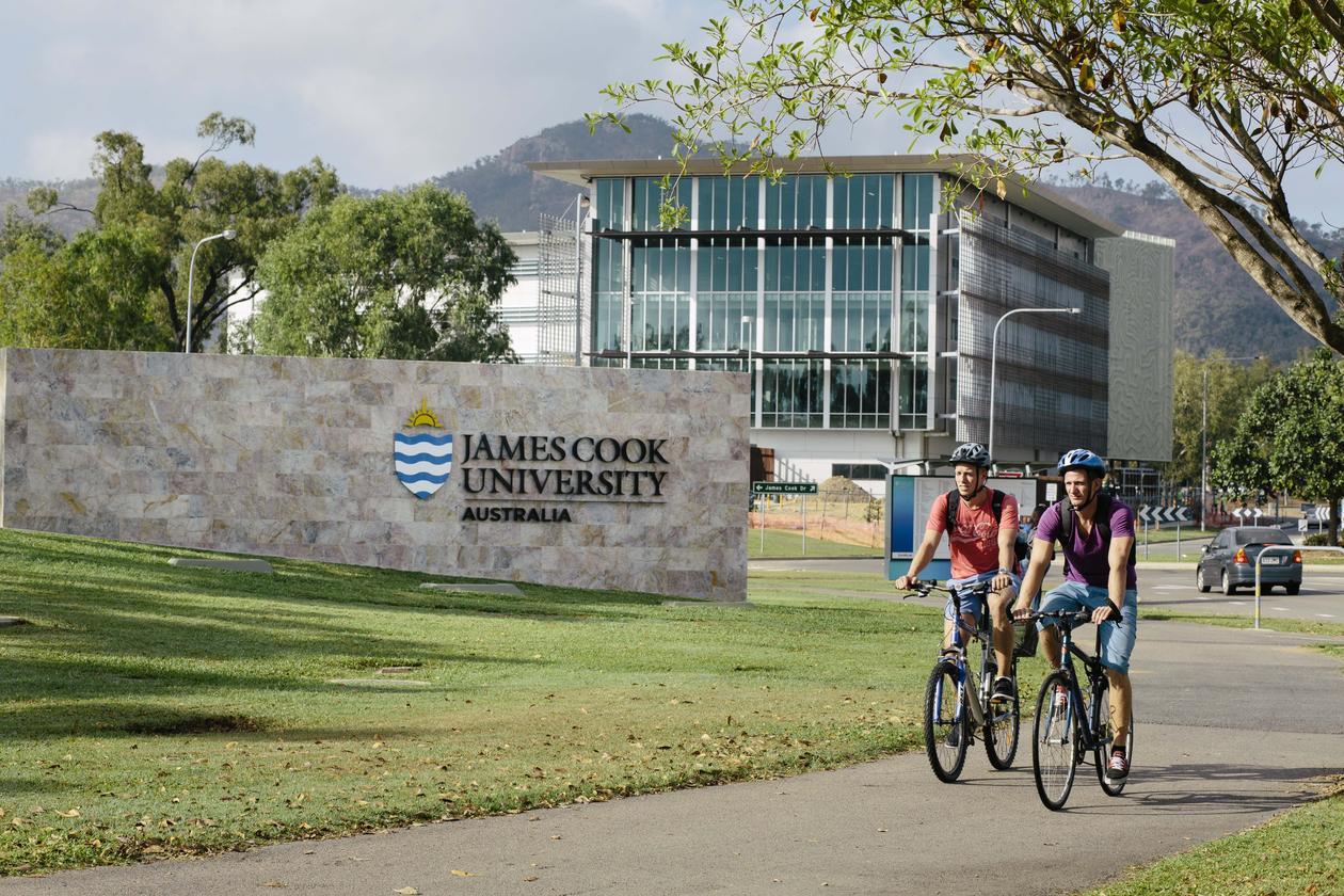 Studentar syklar på campus