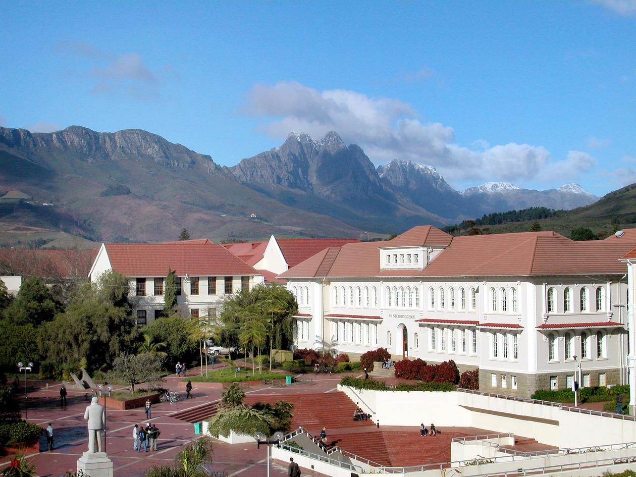 Fin bygning og flotte fjell