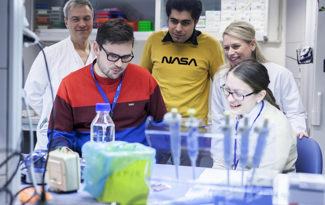 Bjørn Tore Gjertsen veileder en gruppe studenter i labben.