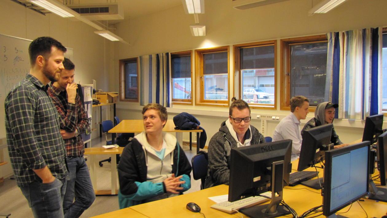 Elever snakker med stipendiatene i informatikk