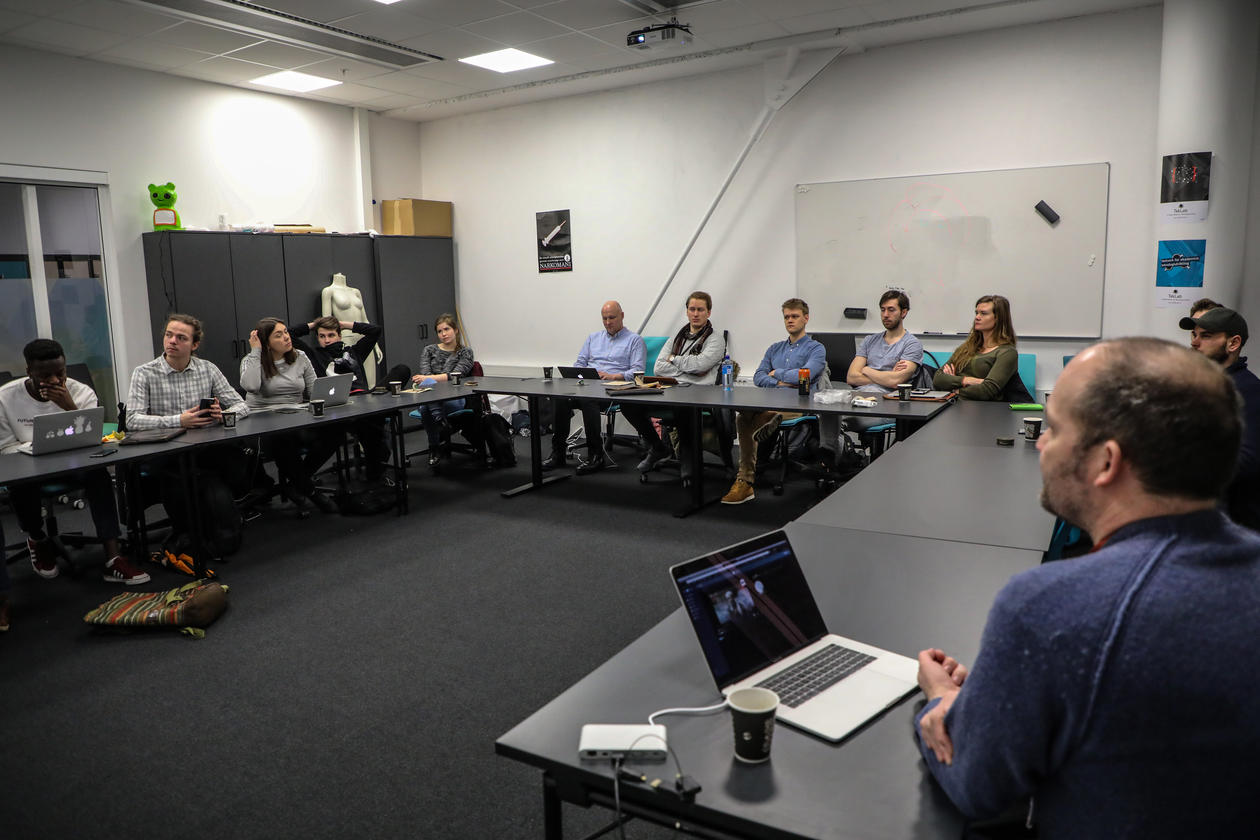 Masterstudenter på medie- og interaksjonsdesign blir presentert for ideer til masteroppgaver av bedrifter