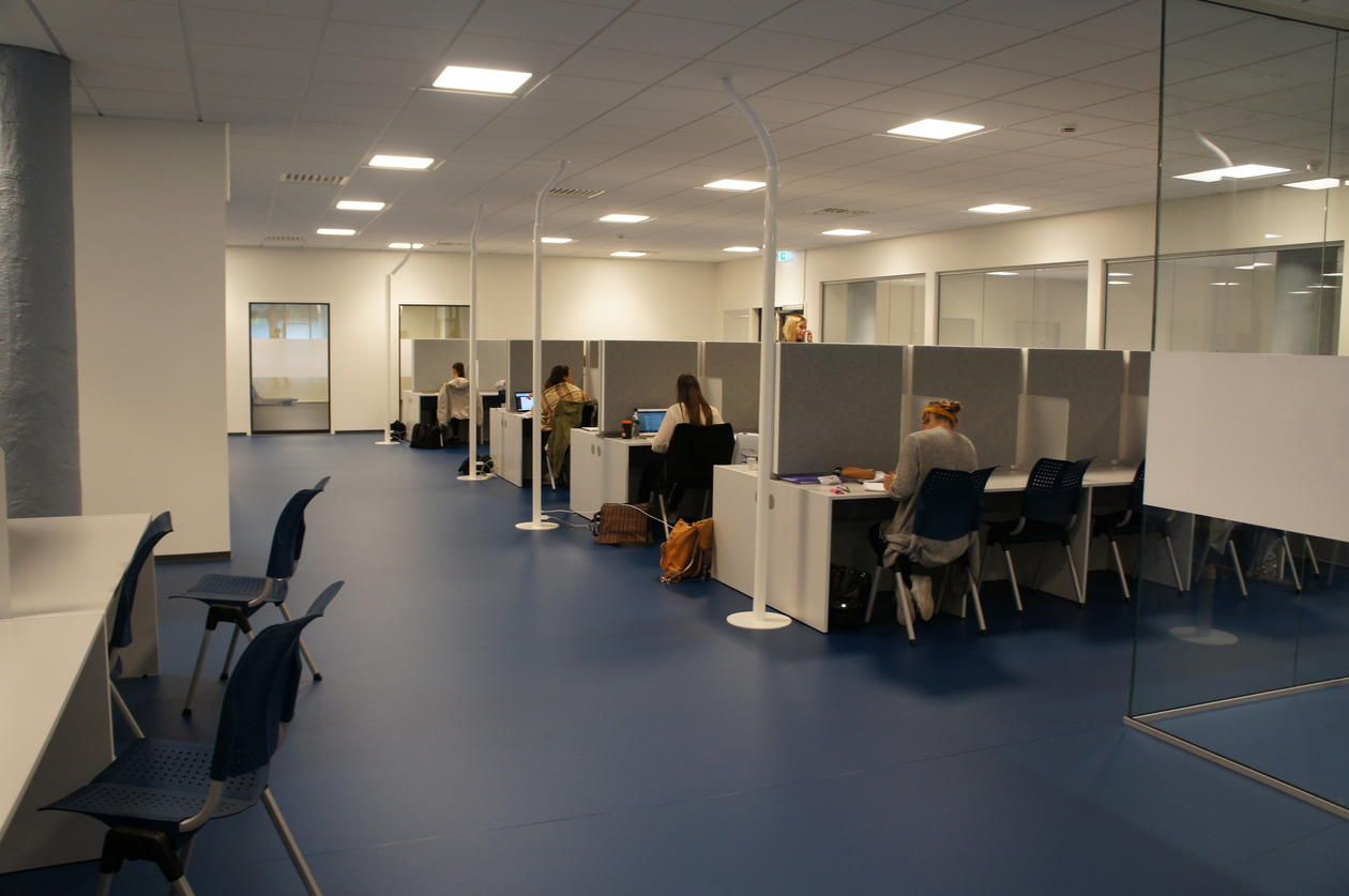 Large reading room with several work stations at The Faculty of Psychology