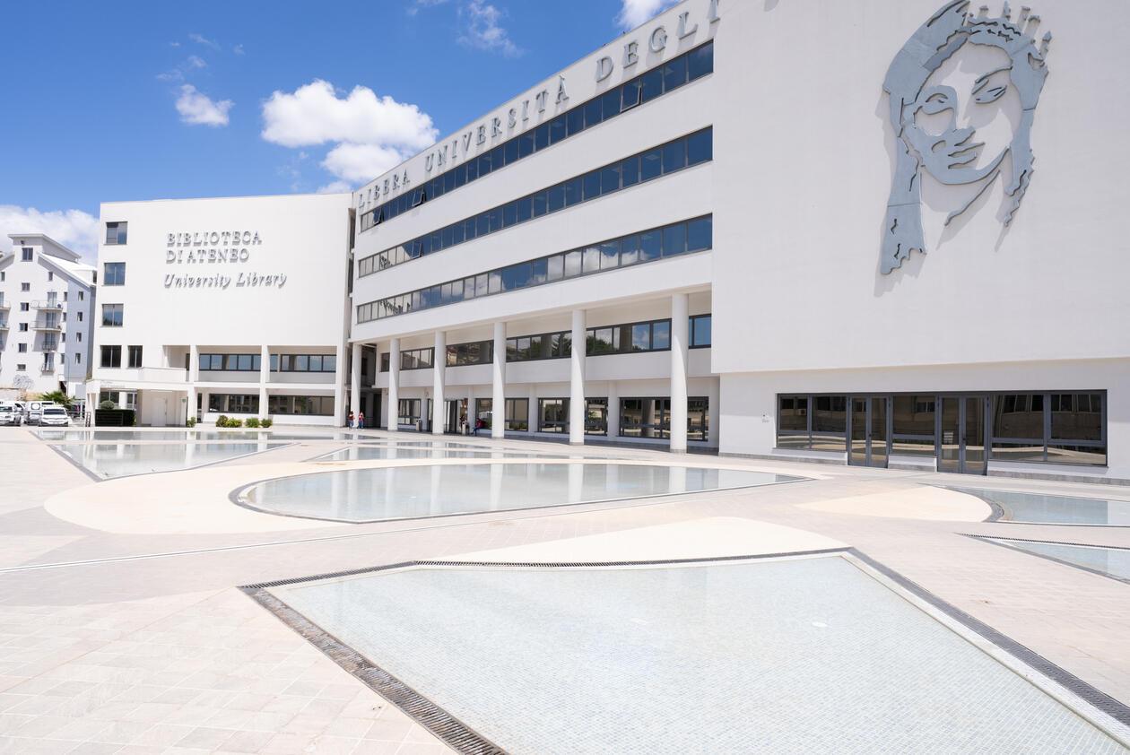 Hvit bygning på campus