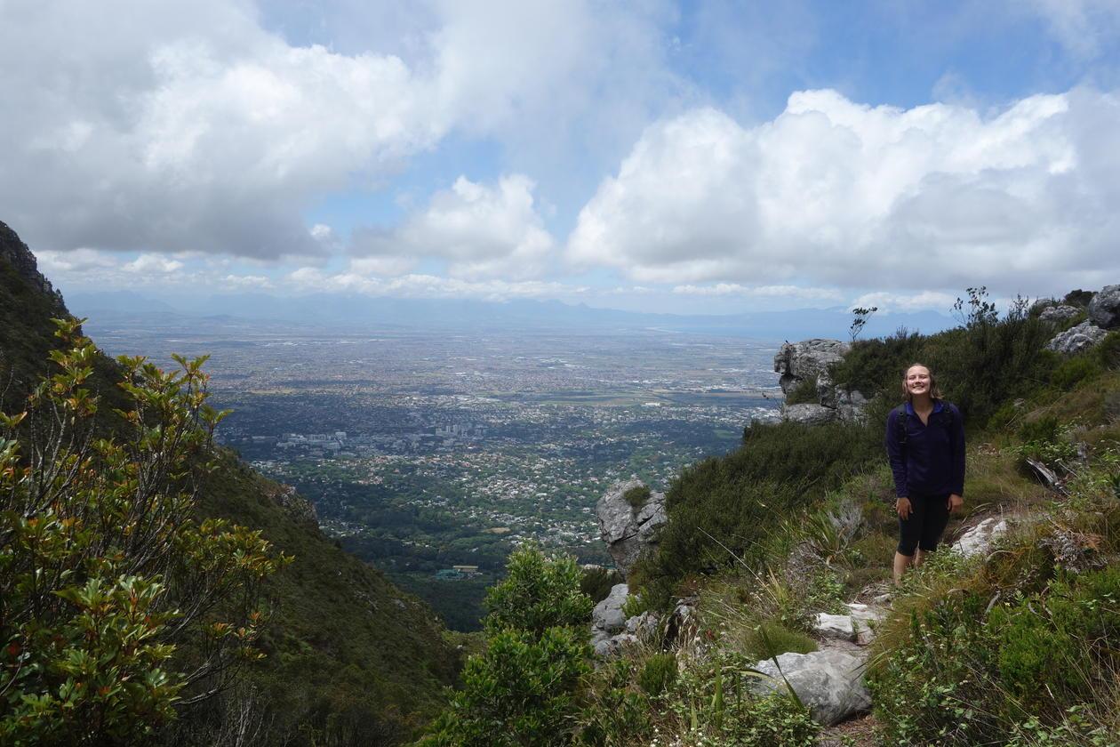 På fjelltur med Cape Town i bakgrunnen