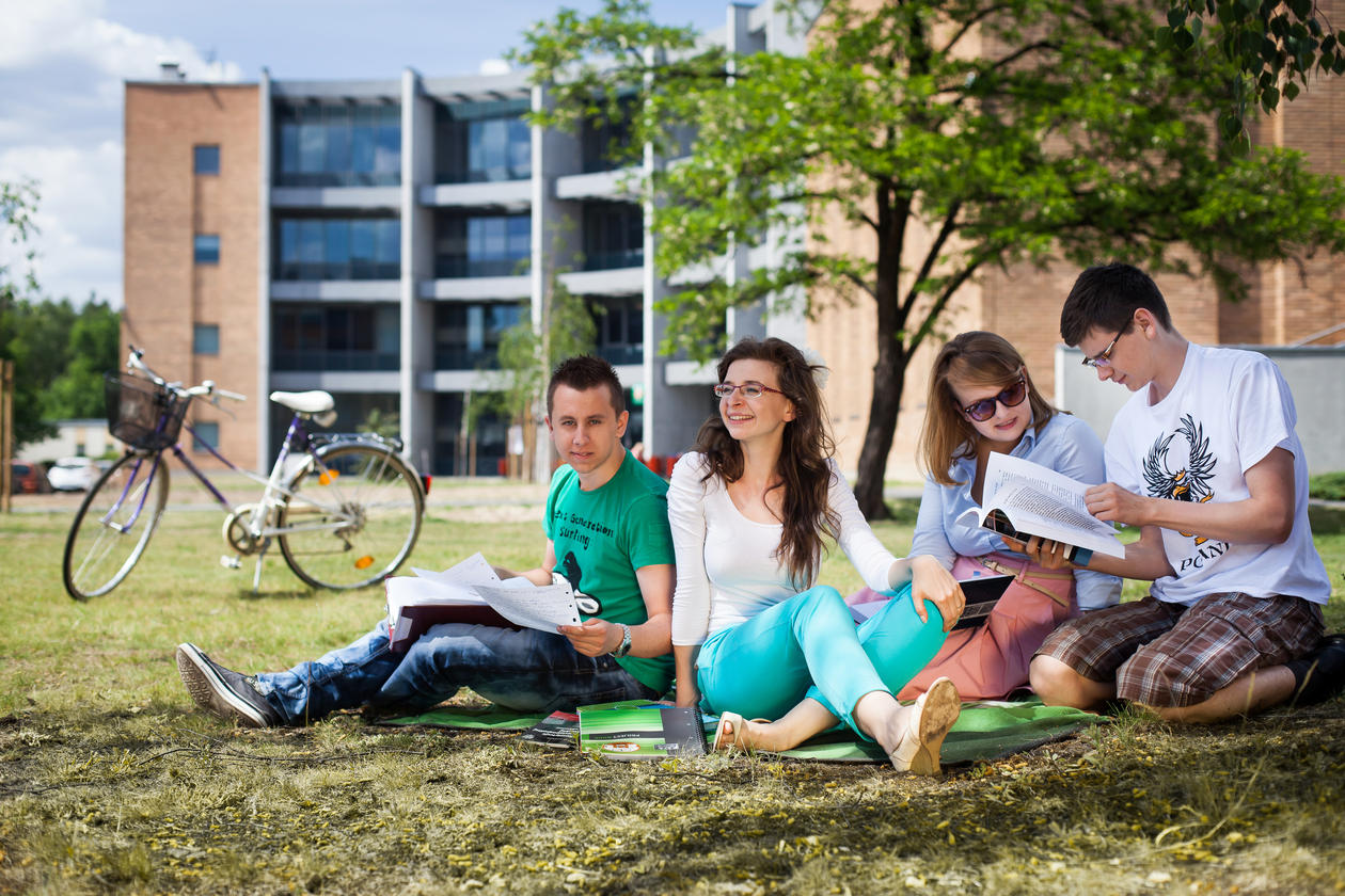 Studentar på campus