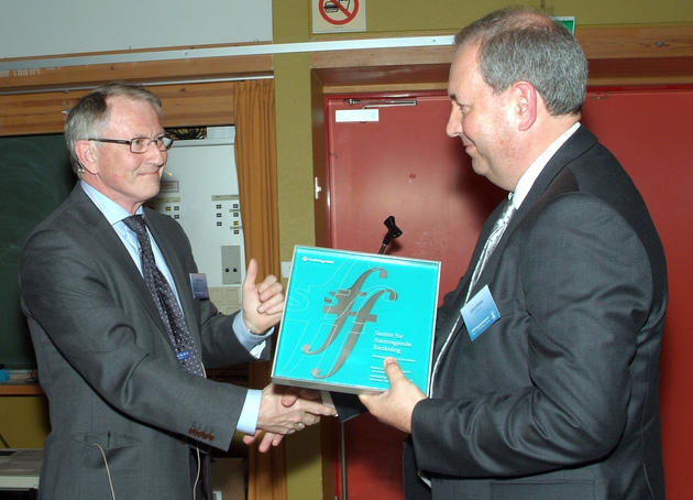 Arvid Hallén, the Director General of the Research Council of Norway, hands over the proof of the status as a Centre of Excellence to Lars A. Akslen, the Director and driving force behind CCBIO.