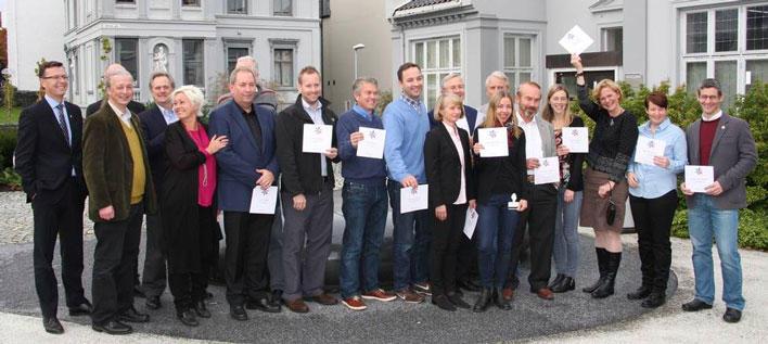 Gruppebilde av forskerne som fikk milliongaven fra Kreftforeningen 30.10.14, sammen med Anne Lise Ryel og Dag Rune Olsen, rektor ved UiB