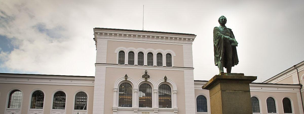 Christiestatue og Naturhistorisk museum