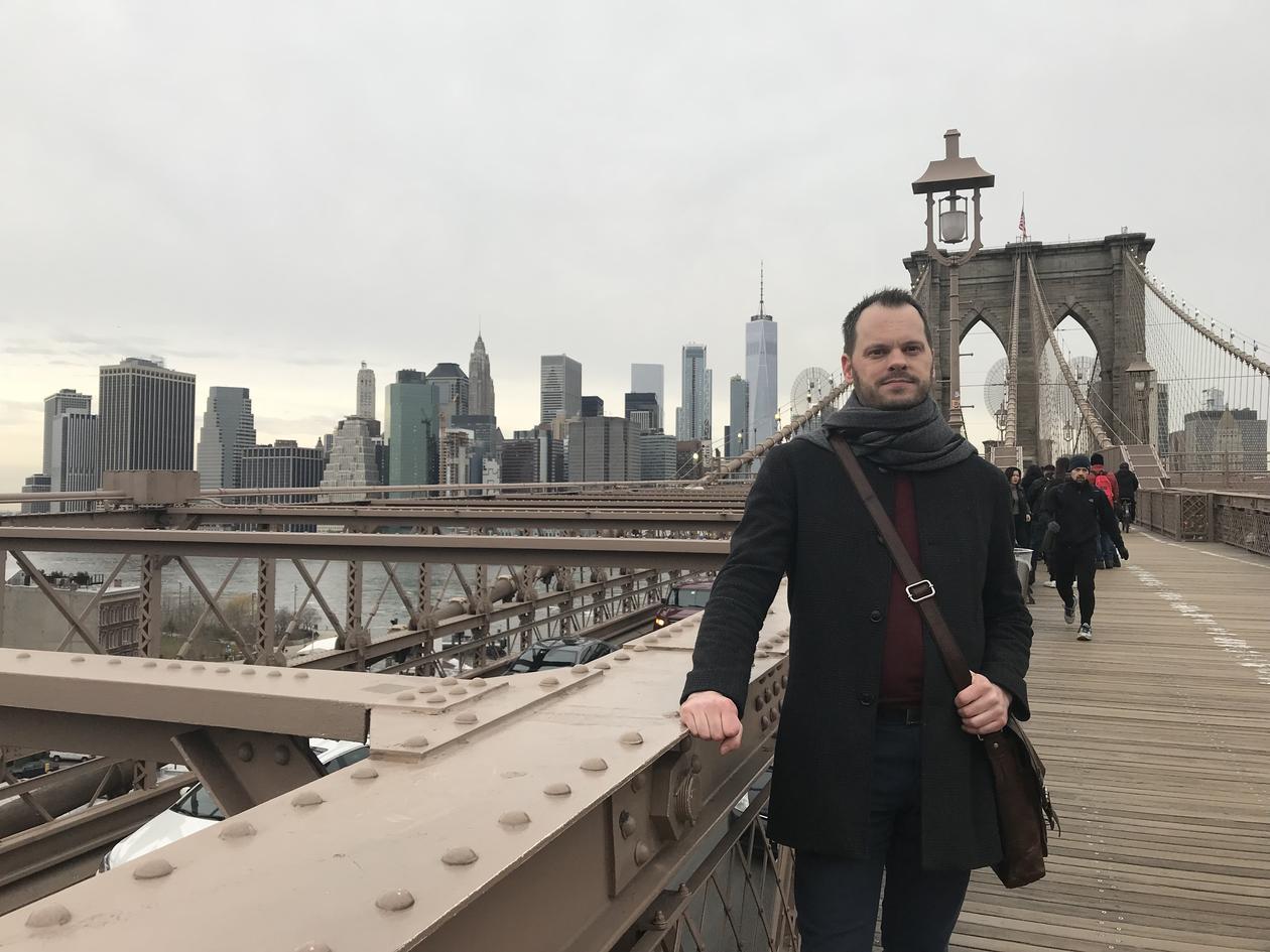 mann på en bro i new york